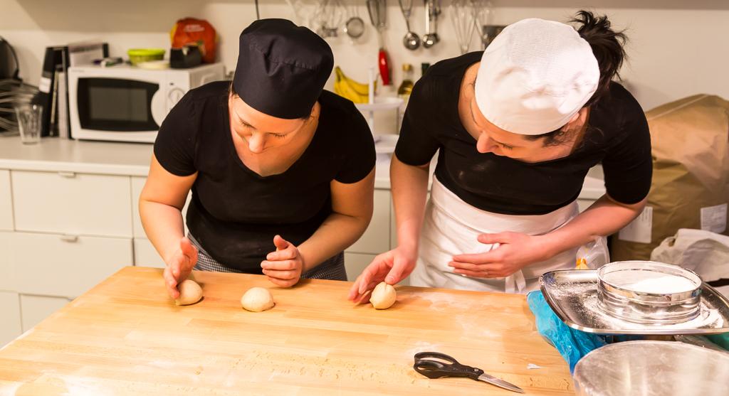 Malin Jagetun och Kristin Johansson rundriver släta kardemummabullar.