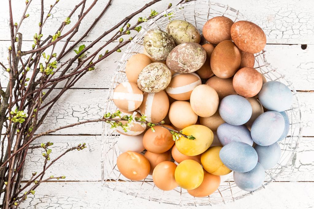 Kokta och färgade hönsägg