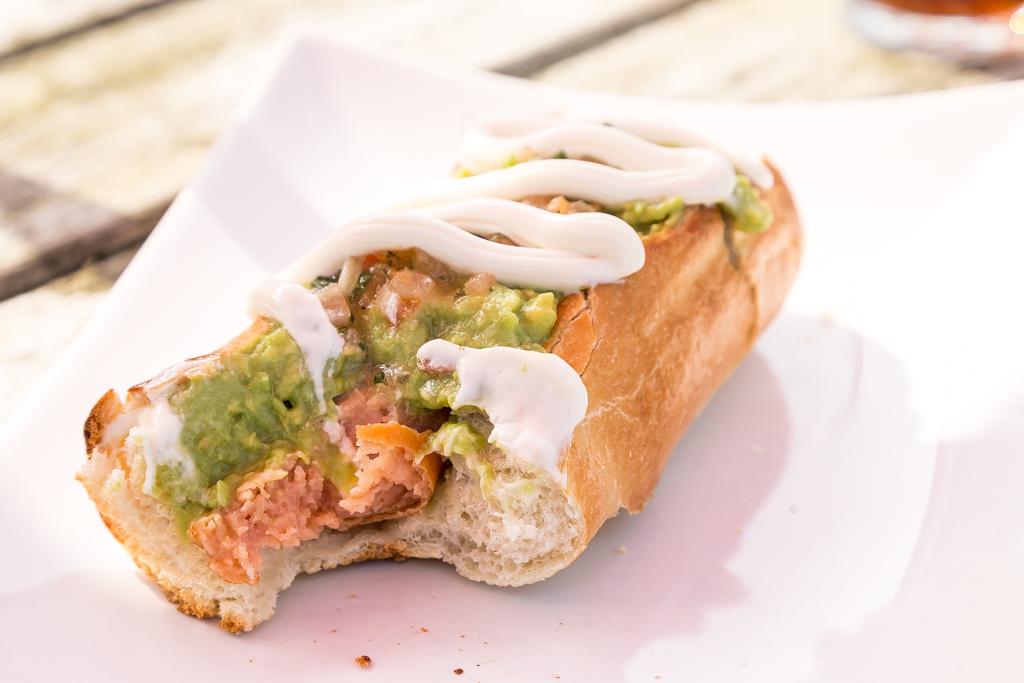 En chilensk completo – korv med bröd på chilenska | Foto: Michael Krantz