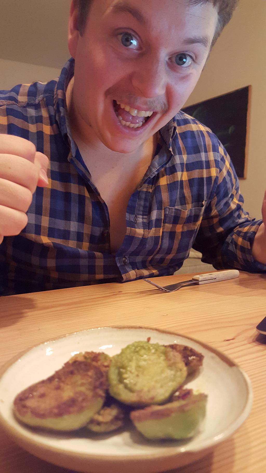 Kevin Westphal njuter av god öl och stekta gröna tomater | Foto: Hanna Smedberg