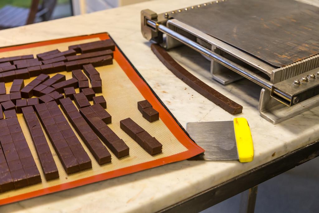 Chokladtryffel som ska skäras i bitar | Foto: Michael Krantz