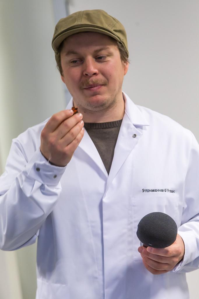 Doktor Kevin provsmakar praliner à la Steinbrenner & Nyberg | Foto: Michael Krantz